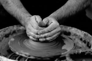 lavorare argilla con le mani